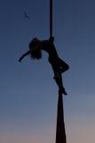 Gymnastik in der Luft auf einer Hängematte Stockbild