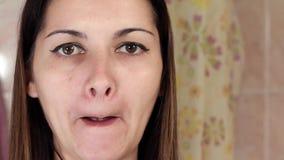 Gymnastik för en framsida, kvinnan som gör anti--att åldras, övar Facebuilding ansiktsbehandlingövningar Framsidayoga flicka som  lager videofilmer