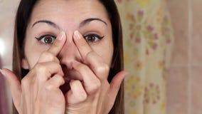 Gymnastik für ein Gesicht, die Frau, die Antialtern tut, trainiert Facebuilding-Gesichtsbehandlungsübungen Gesichtsyoga Mädchen,  stock video footage