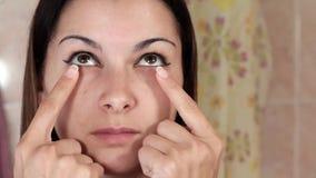 Gymnastik für ein Gesicht, die Frau, die Antialtern tut, trainiert Facebuilding-Gesichtsbehandlungsübungen Gesichtsyoga Nahaufnah stock footage