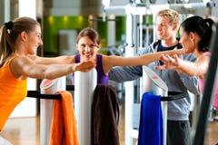 Gymnastik - Frauen und Kursleiterfrontseite der Ausübung von machin Stockfotos