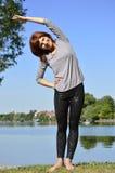 Gymnastik på floden Royaltyfria Foton