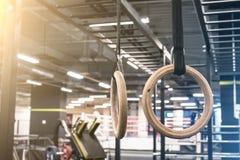 Gymnastik ringer för att öva i idrottshallen arkivfoton