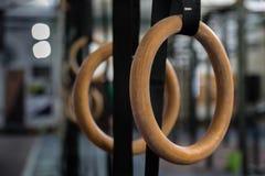 Gymnastik ringer i idrottshallen fotografering för bildbyråer