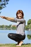 Gymnastik som är satt vid floden Fotografering för Bildbyråer