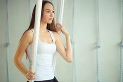 Gymnastik utför anti--gravitation för fysiska övningar yoga arkivbild