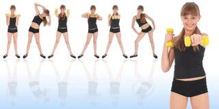 Gymnastikeignung-Mädchentraining ihre Karosserie mit Dumbbell Stockfotos