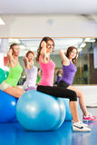 Gymnastikeignungfrauen - Training und Training Stockbild