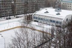 Gymnastiksalbyggnad och hockeyfält Royaltyfri Fotografi