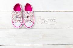 Gymnastikskor för flicka` s och ordprinsessan Lekmanna- lägenhet royaltyfria foton