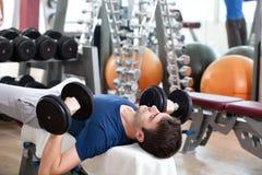 Gymnastiktraining, junger Mann und sein Vater Lizenzfreie Stockfotos