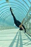 Gymnastique dans le passage piéton photo libre de droits