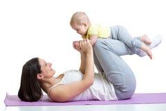 Gymnastique de mère et de chéri, exercices de yoga Images stock