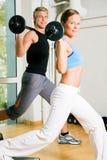 Gymnastique de pouvoir avec des barbells Photographie stock libre de droits