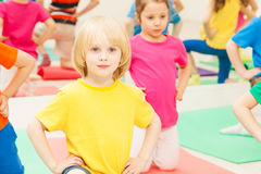 Gymnastique de pratique de garçon d'enfant dans le jardin d'enfants Photo stock