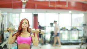Gymnastique Fille sportive posant avec des haltères clips vidéos