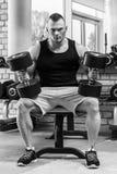 Gymnastique Homme bel pendant la séance d'entraînement image libre de droits