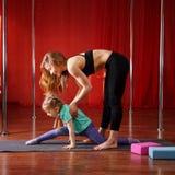 Gymnastique pour des enfants avec l'entraîneur Photos stock