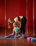 Gymnastique pour des enfants avec l'entraîneur Photographie stock