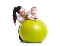 Gymnastique pour le bébé sur la boule de forme physique Photo libre de droits