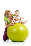 Gymnastique pour le bébé sur la boule de forme physique Photographie stock libre de droits