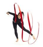 Gymnastisch mit dem Farbband, das auf Weiß aufwirft Lizenzfreie Stockfotos