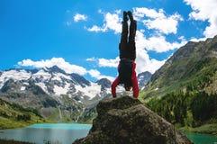 Gymnastische Übungen der Praxis im Freien in der Natur Stockbild