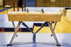 Gymnastische Ausrüstung in einer Turnhalle Stockbilder