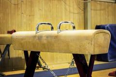 Gymnastische Ausrüstung in einer Turnhalle Stockfotografie