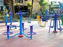 Gymnastische Ausrüstungen in einem Park stockbild