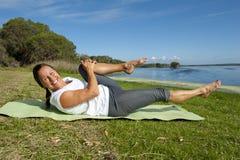 Gymnastische Übungen der Frau Lizenzfreie Stockfotos