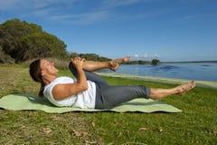 Gymnastische Übungen der Frau Lizenzfreies Stockfoto