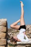 Gymnastische Haltung unter alten Ruinen in Avdira Lizenzfreie Stockfotos