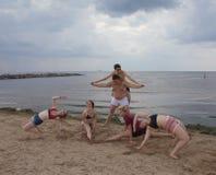 Gymnastische Pyramide Jugendspaßspiele auf dem Strand Stockfoto
