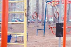 Gymnastische Ringe im Hof des Reihenhauses auf dem Spielplatz Lizenzfreie Stockfotos