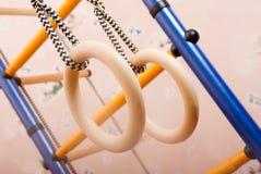 Gymnastische Ringe am Kindspielplatz Lizenzfreie Stockbilder