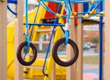 Gymnastische Ringe am Spielplatz Stockbild