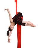 Gymnastisches Mädchen, das auf rotem Gewebeseil trainiert Lizenzfreie Stockfotos