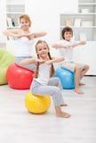 Gymnastisk övning med ungarna Royaltyfri Bild
