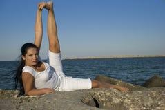 gymnastisk för natur kvinna utomhus Arkivbild