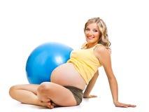 gymnastisk gravid kvinna för boll Arkivfoto