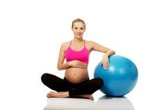 gymnastisk gravid kvinna för boll Royaltyfri Bild