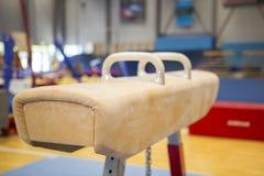 Gymnastisk utrustning i en idrottshall arkivfoto