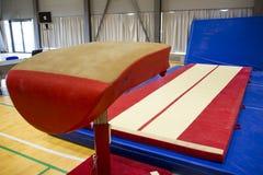 Gymnastisk utrustning i en idrottshall fotografering för bildbyråer