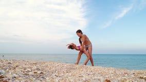 Gymnasts στην παραλία απόθεμα βίντεο