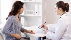 Gynäkologe und schwangere Frau am Krankenhaus stock video