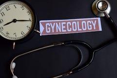 Gynäkologie auf dem Papier mit Gesundheitswesen-Konzept-Inspiration Wecker, schwarzes Stethoskop stockfotografie