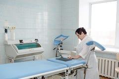 Gynäkologisches Büro Genicologist-Tabelle für Inspektion von schwangeren Frauen Mutterschaftstabelle stockfotos