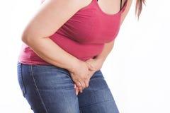 Gynaecologieconcept Vrouw die aan pijn, witte achtergrond lijden stock foto's