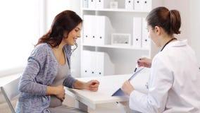 Gynecologist i kobieta w ciąży przy szpitalem zbiory wideo